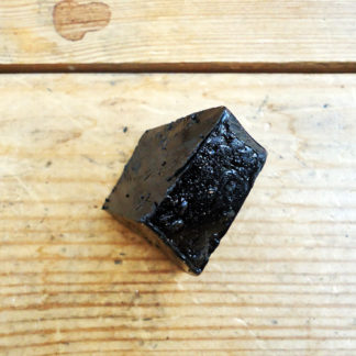 Sticky natural tar for shoe making